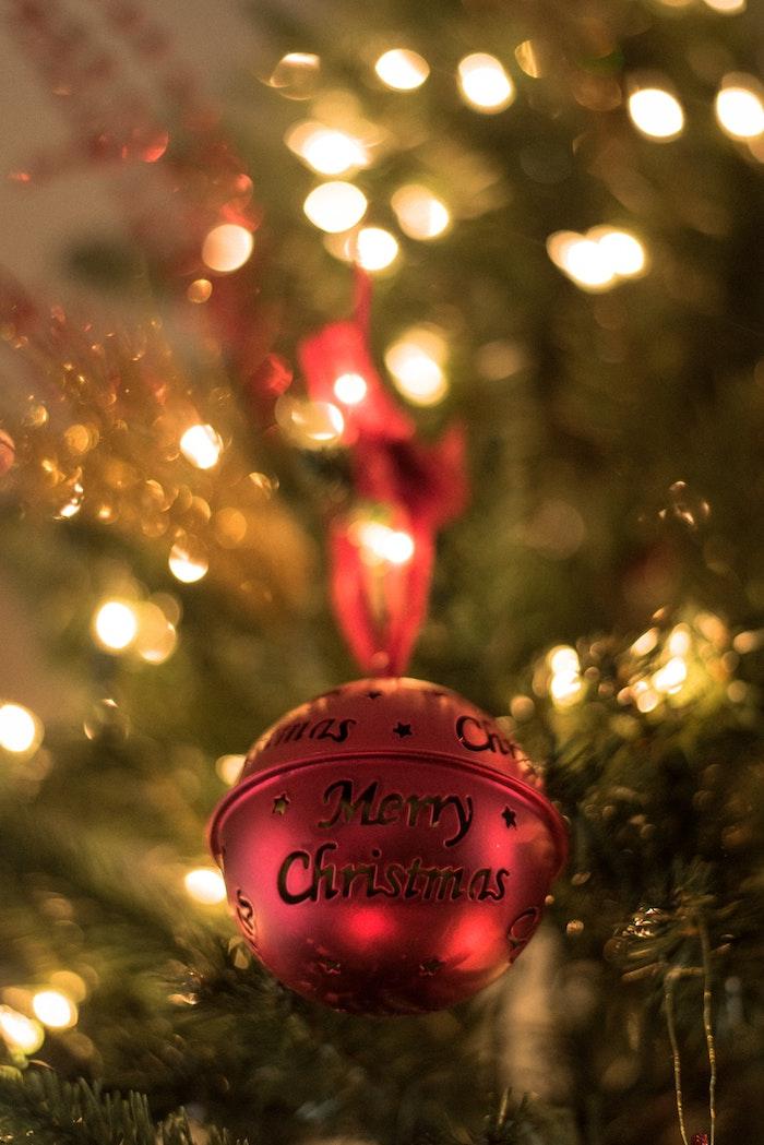 Boule rouge photo joyeux noel, image joyeux noel 2019 sur l'arbre de noel décoré guirlandes lumineuses