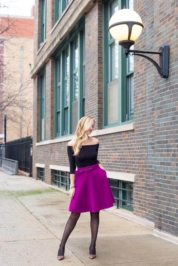 mode automne hiver 2020 femme, tenue de soirée en jupe taille haute violet avec top noir aux épaules dénudées