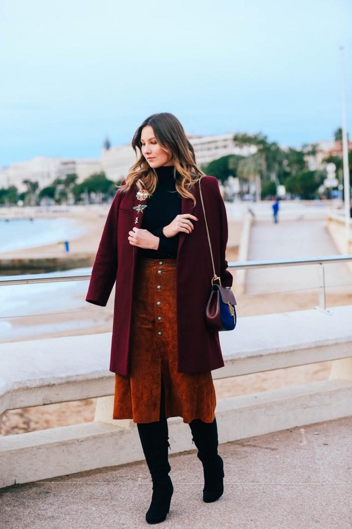 nuances de rouge tendances couleurs 2019, idée tenue hiver femme chic en jupe velours avec pull et bottes velours