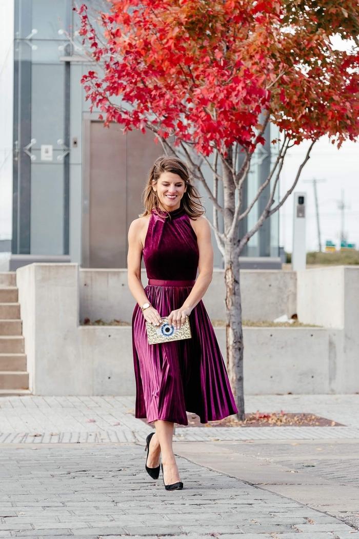 look femme stylée en robe longue hiver deux pièces de couleur pourpre, idée tenue classe femme pour les fêtes de fin d'année