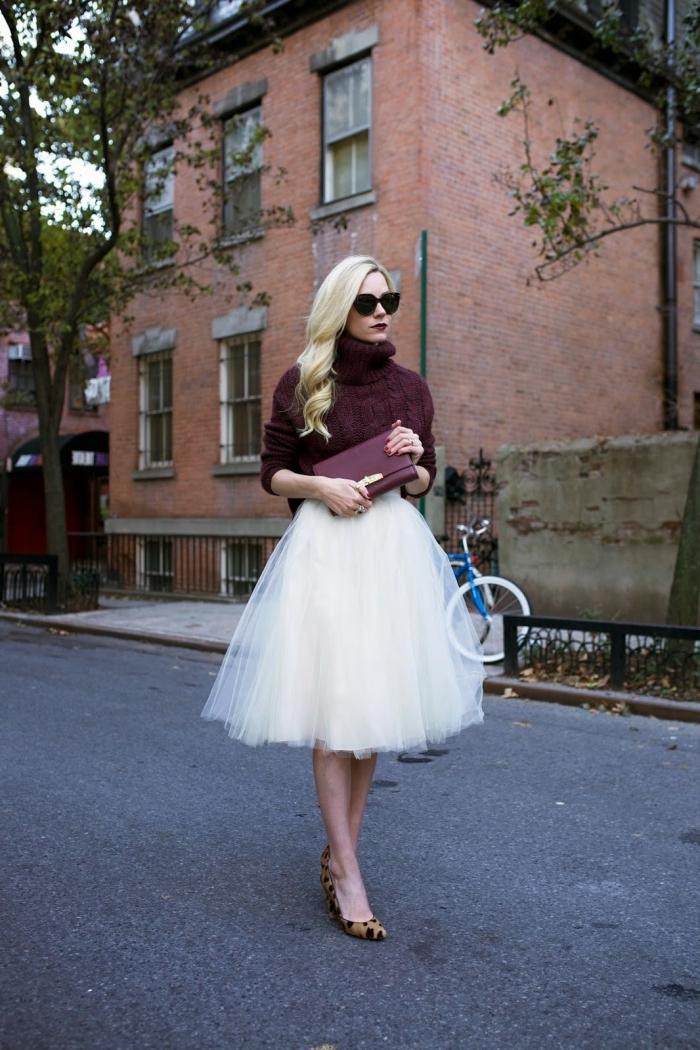 couleur tendance 2019 rouge foncé, look de soirée femme chic en jupu princesse tulle blanche et pull over burgundy