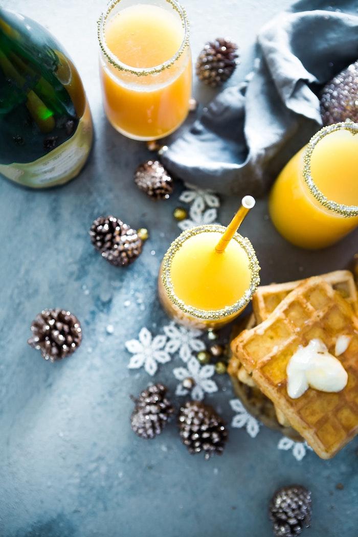 Table bien aménagée, jus d'orange, gouffres et vin, souhaiter un joyeux noel, la magie des fêtes avec une belle carte