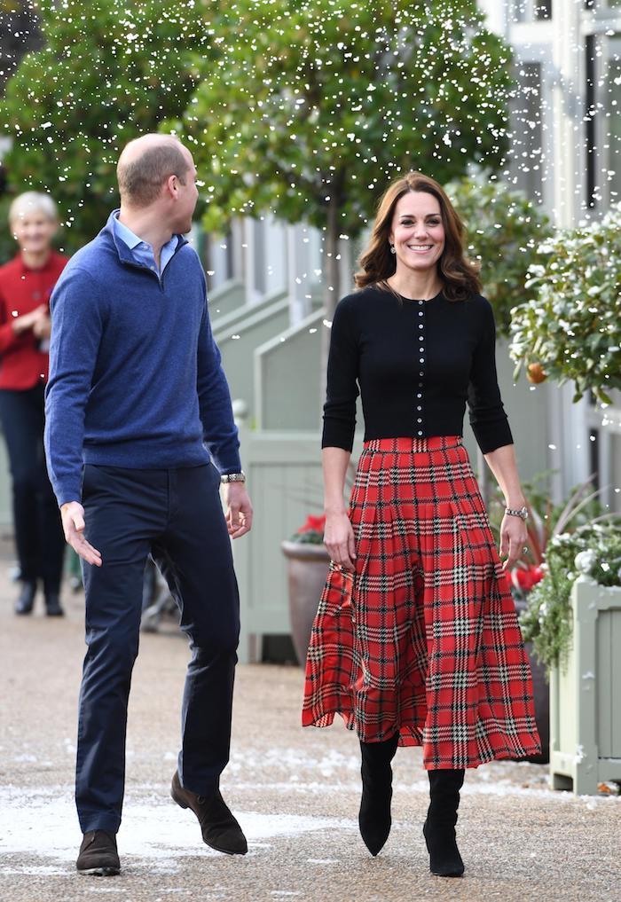 Jupe carrée longue et top gilet noire, robe rouge noel en deux pièces, la famille royale kate middleton robe nouvel an, femme stylée bien habillée