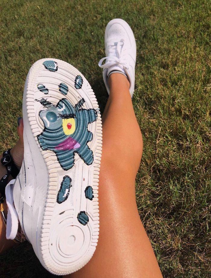 Basket blanche peinture pour chaussure sur la semelle, loisir créatif basket personnalisée pour elle