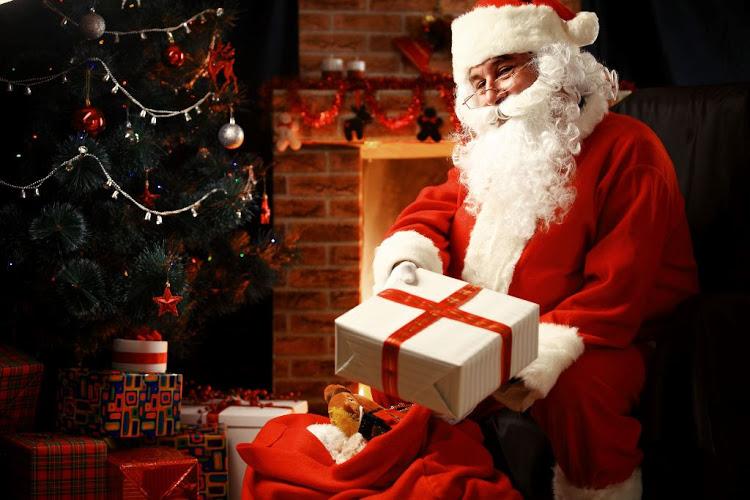 Le père Noël avec un cadeau emballé en papier blanche avec ruban rouge, joyeux noel voeux et image joyeux noel 2019 cool idée