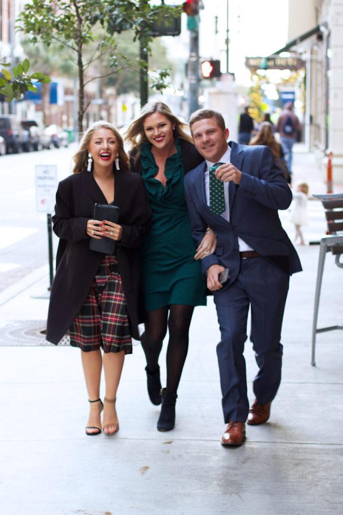 Amis photo sur la rue, cool idée robe rouge moulante, idée tenue robe manche longue