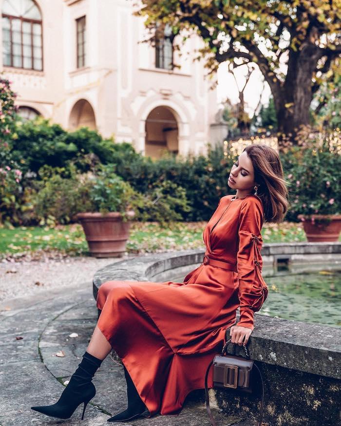 Longue robe rouge noel, robe nouvel an, femme stylée bien habillée pour chaque occasion