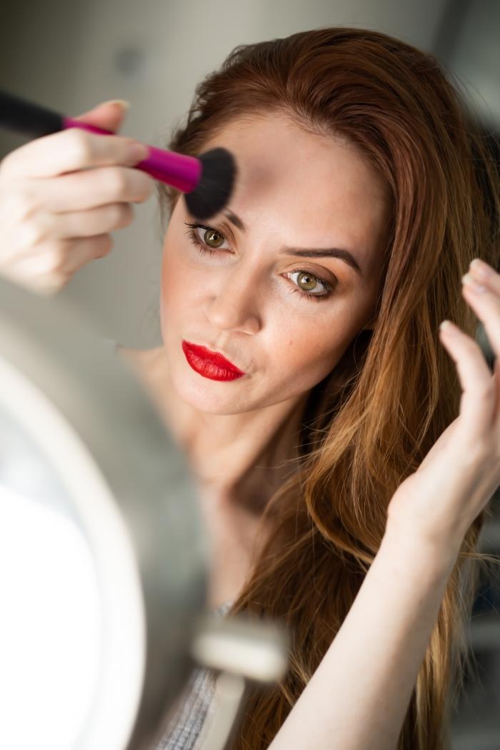 apprendre a se maquiller pour Noël, idée make-up classique pour Noël aux lèvres rouges et paupières dorés
