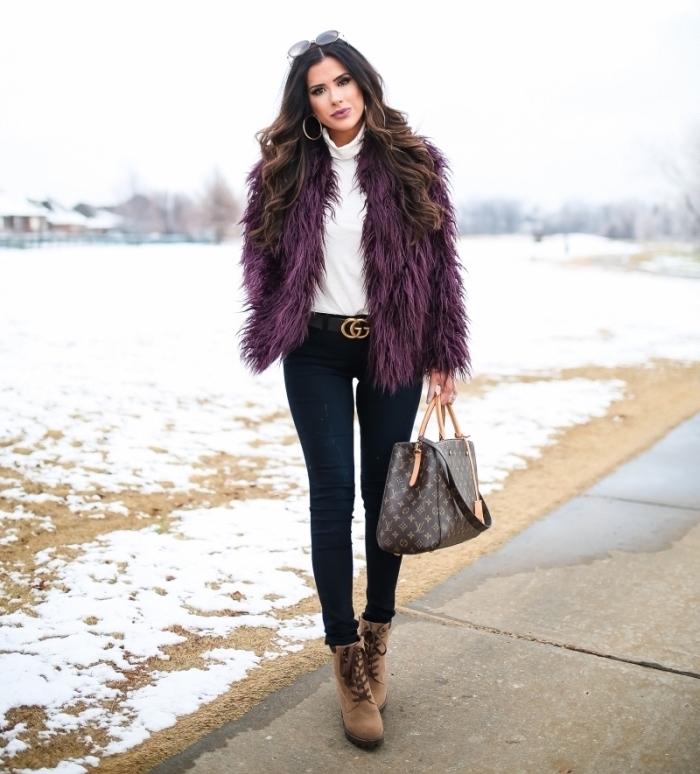 idée comment porter le violet en hiver, couleur tendance 2019 violet foncé, tenue blanc et noir avec couleur violet