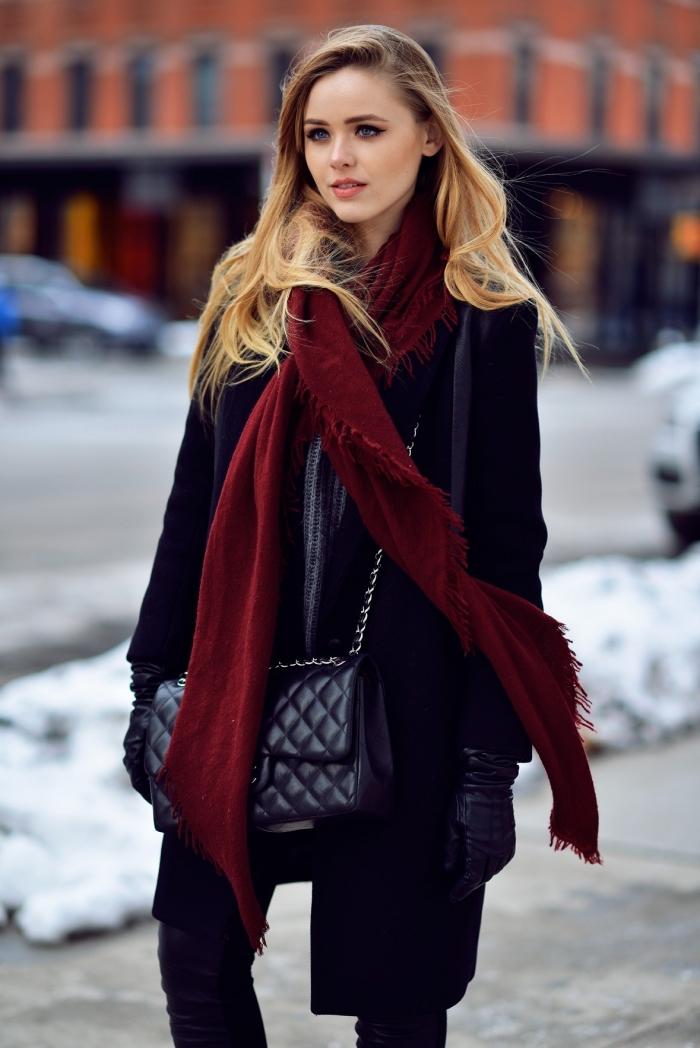 idée vetement femme tendance de couleur bordeaux, vision chic d'hiver en manteau et pantalon noirs avec écharpe burgundy