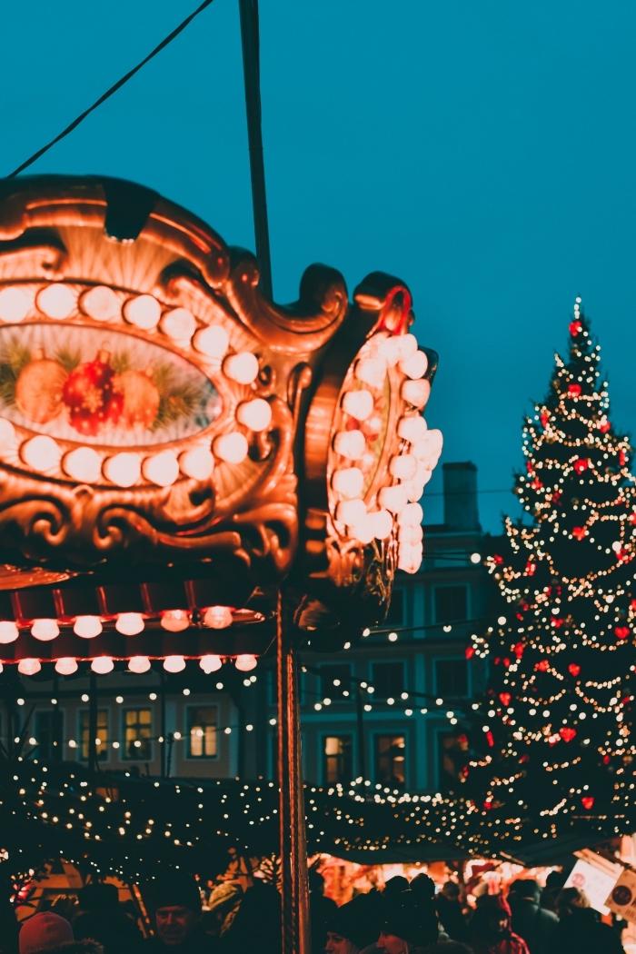 idée photo verrouillage d'écran sur thème de Noël, image de joyeux noel avec décoration extérieure et gros sapin
