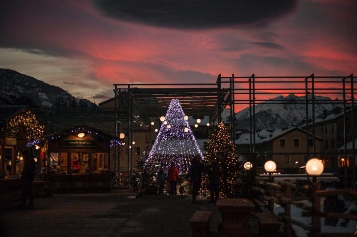 image joyeuses fêtes pour fond d'écran ordinateur, exemple de jolie photo de nuit avec un paysage montagne enneigé et gros sapin lumineux