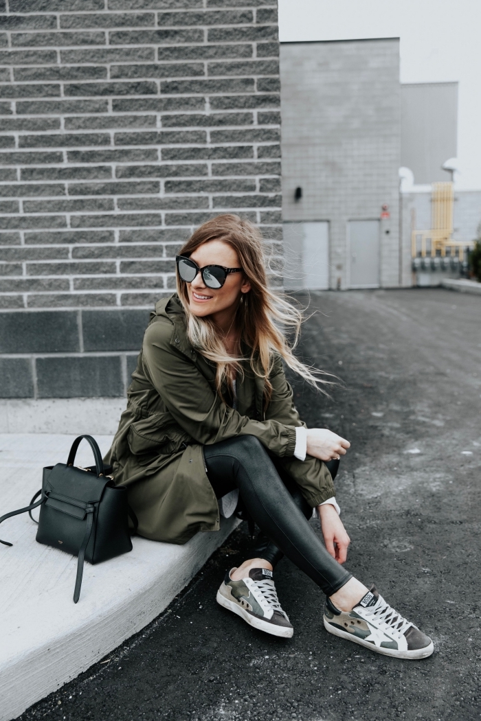 quelle couleur pour tenue d'hiver 2019, modèle de manteau long en vert foncé combiné avec pantalon noir et baskets