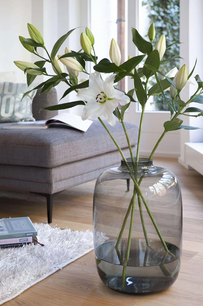 Belle déco salon, canapé gris, tapis shaggy blanc, image vase deco, idée dame-jeanne déco à faire