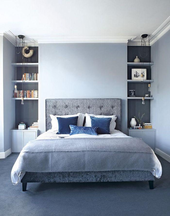 Bleu claire et gris pour le lit capitonné, étagères dans le mur, chambre gris et blanc, idée déco pour la chambre à coucher