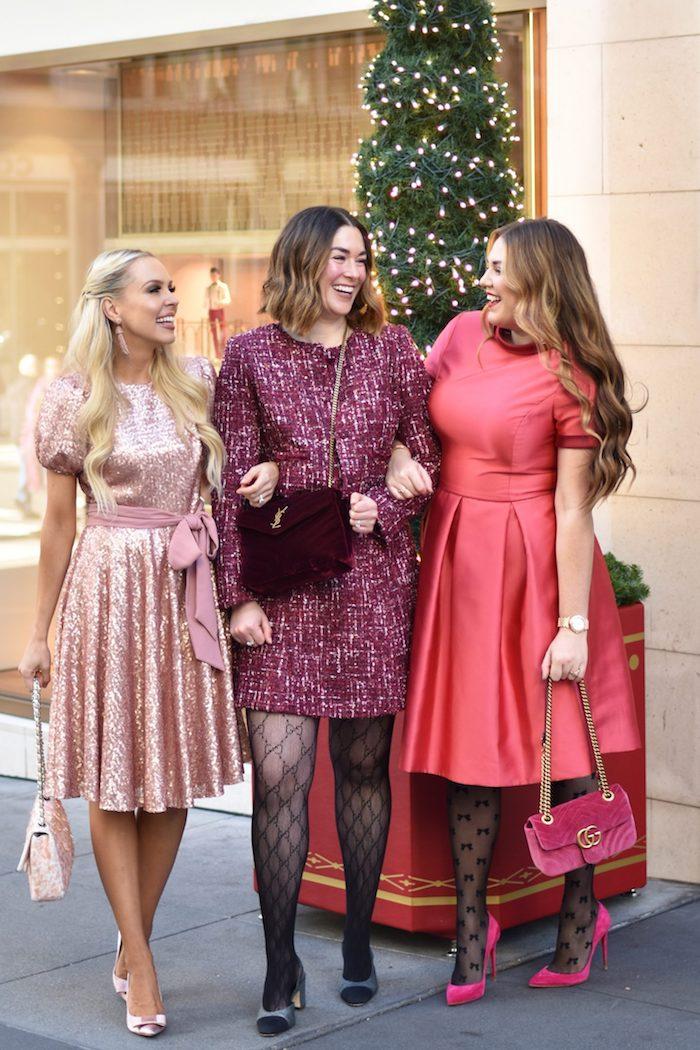 Trois amies tenues pour la soirée de noël, chic tenues nuances de rose, robe pull noel, savoir comment s'habiller pour une soirée