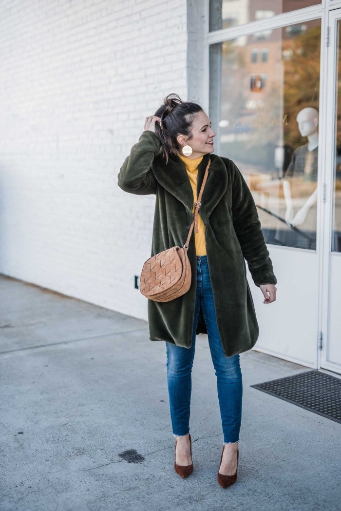 vêtement tendance hiver 2020 femme, look casual chic en jeans et pull couleur cheddar avec manteau vert forestier