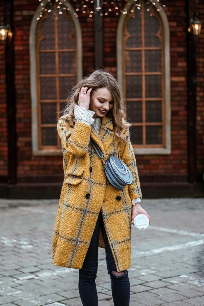 vetement femme tendance, idée comment bien s'habiller en hiver avec un manteau de nuance jaune foncé et jeans foncés