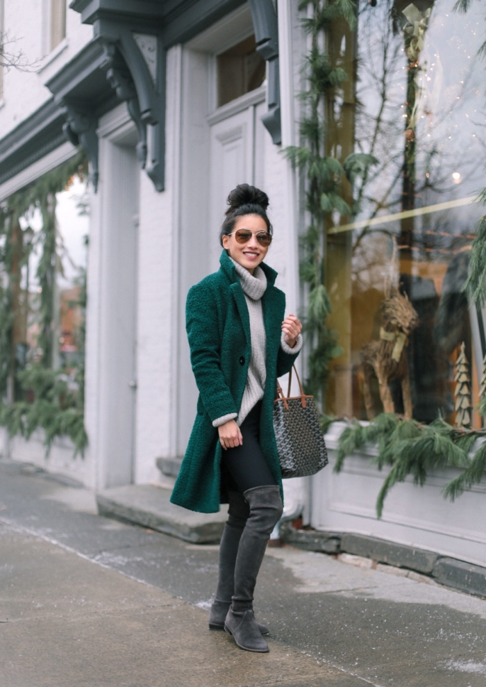 quelle couleur pour les vêtements hiver 2019, look casual chic en leggings noirs avec bottes genoux et manteau vert forestier