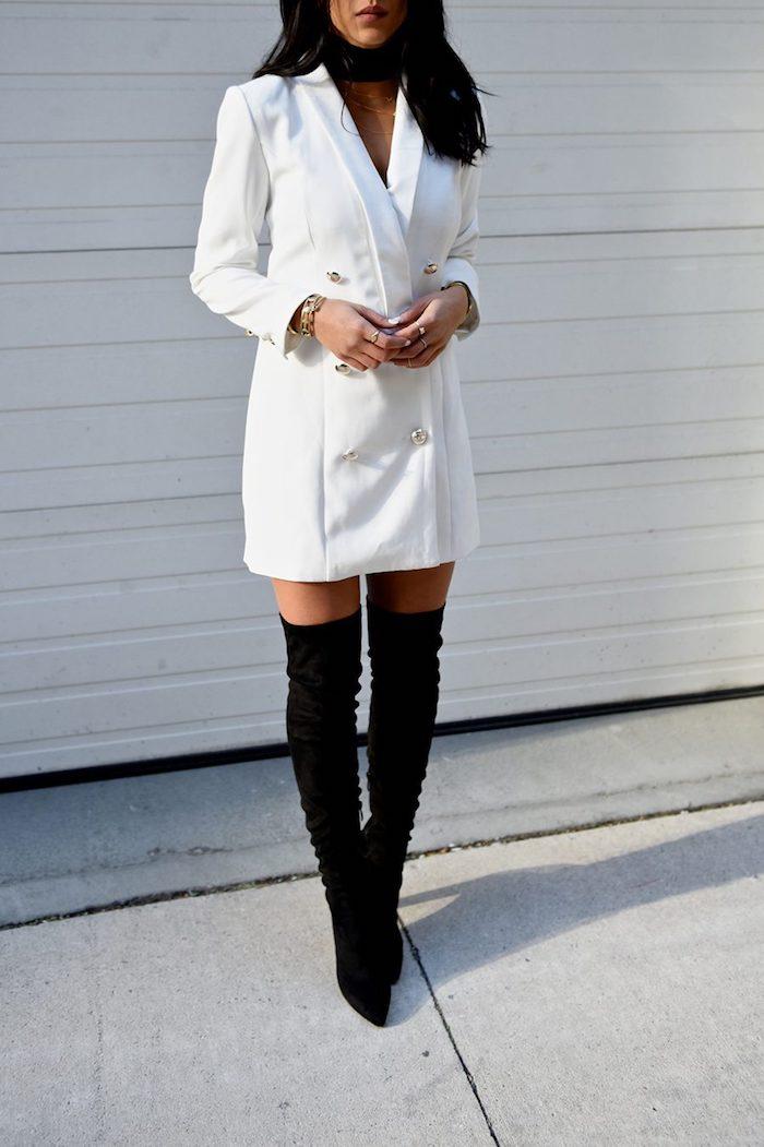 Veste de tailleur longue à porter comme robe, tenue avec cuissardes en blanc et noir, robe de reveillon, devenir une femme élégante