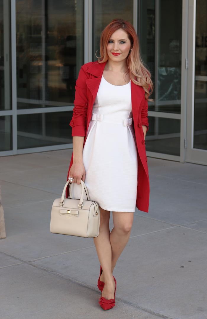 Manteau rouge et robe blanche classique courte, comment s'habiller pour une soirée thématique pour noel