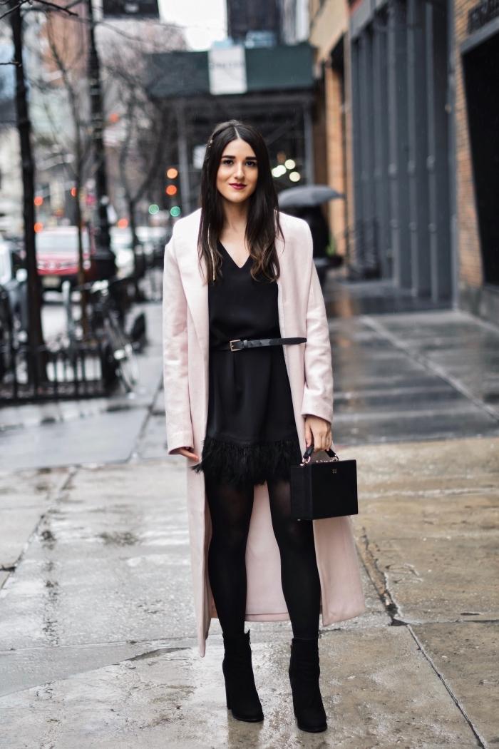 idée comment bien s'habiller pour la fête de Noël, vêtements tendance hiver 2020, look total noir avec manteau rose pastel