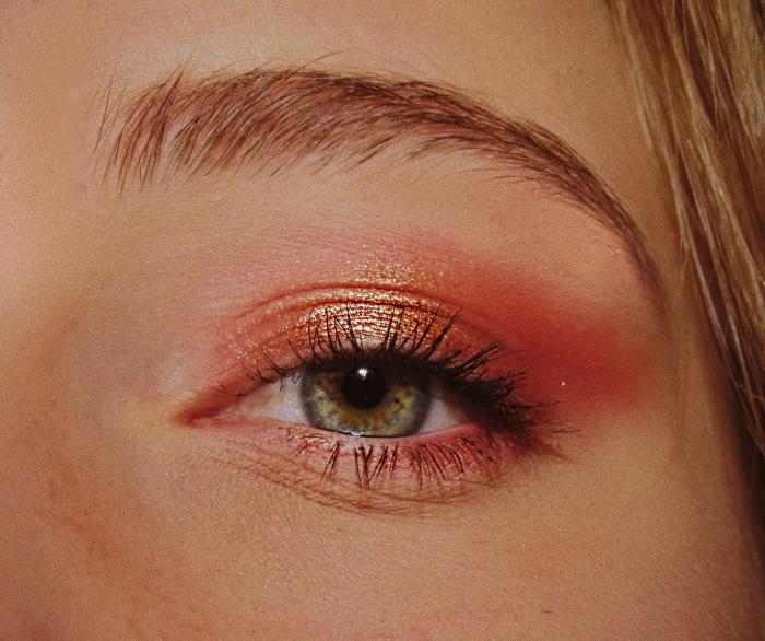 réaliser un maquillage simple pour les fêtes de fin d'année, idée make-up yeux verts avec ombres à paupières et mascara