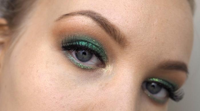 comment réussir son maquillage des yeux pour la fête de Noël avec ombres à paupières de nuances vertes et effet glitter