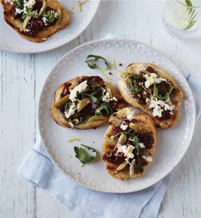 Olives sur pain grillé, apero dinatoire noel, préparer un aperitif noel facile et vite