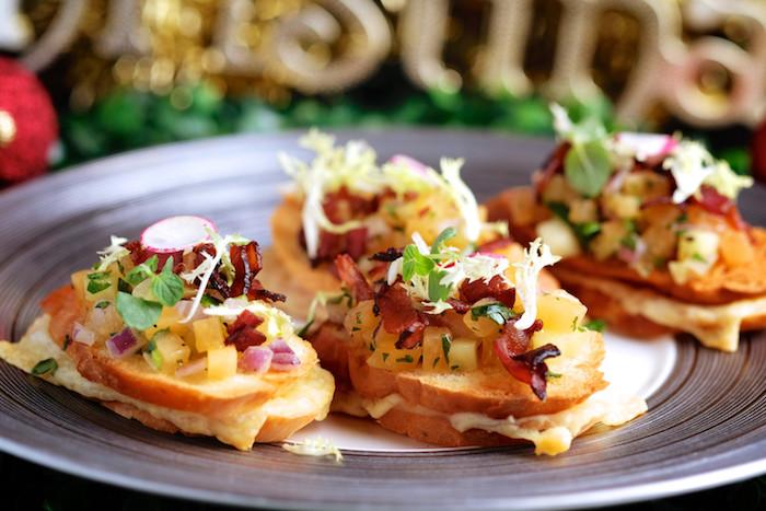 Assiette avec aperitif de noel, idee apero noel en toast pain de campagne, pain grillé avec courgettes et jambon