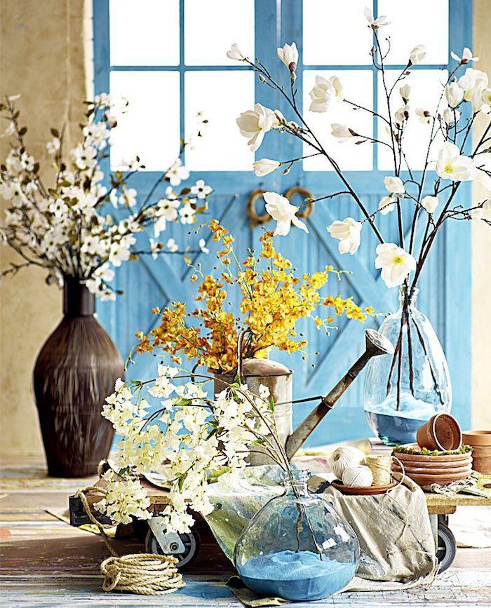 Bleu porte pièce rustique, dame-jeanne déco, idée déco salon salle à manger, branche fleurie