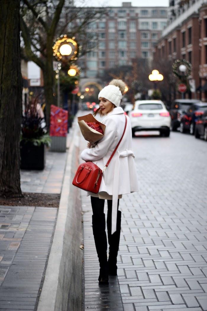 Manteau longue blanche et robe blanche avec cuissardes, idée tenue robe de soirée chic, diner avec amis pour la fete de noel