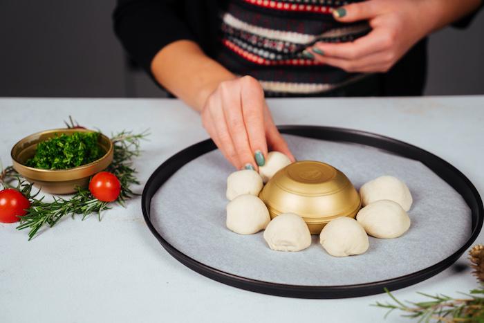 ranger boules de pâte et mozzarella autour d une coupelle dans plaque de four sur du papier cuisson