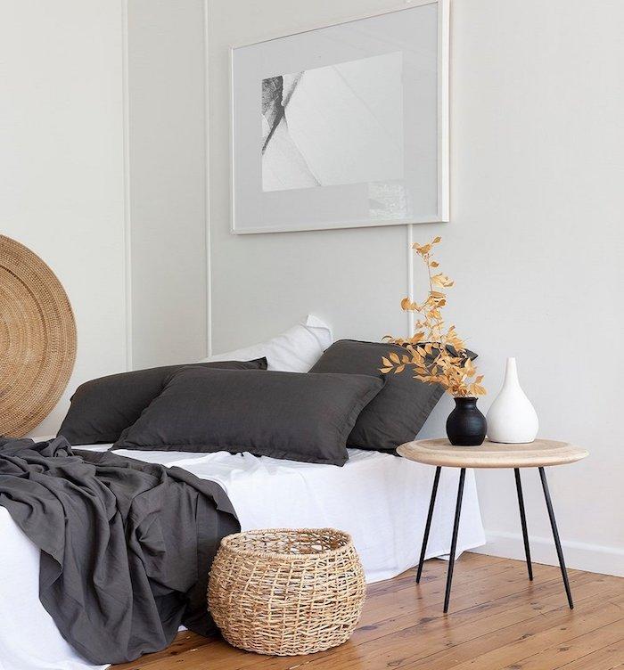 Rotin et pois pour la chambre adulte deco stylée, design d'intérieur gris et rose, blanc et gris couverture de lit, table basse ronde en bois