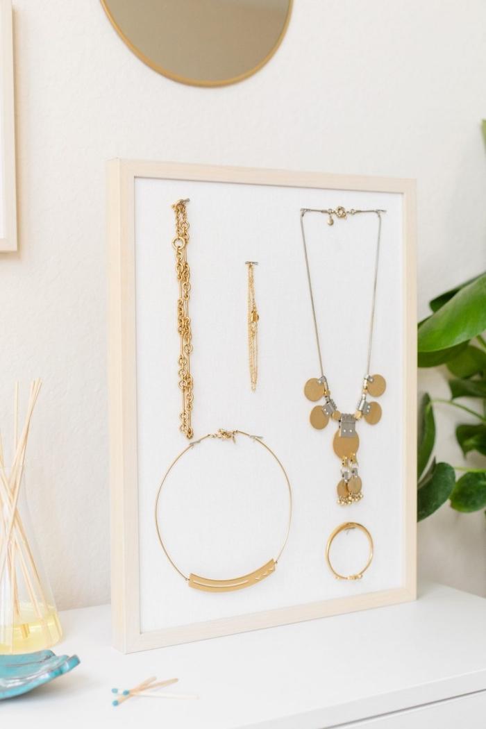 comment réaliser un rangement pour bijoux stylé, diy organisateur de bureau pour bracelets et collier en blanc et bois
