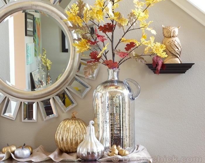 Automne branche feuilles jaunes et rouges, vase dame jeanne argenté, décoration bonbonne dame jeanne, miroir ronde, mur taupe