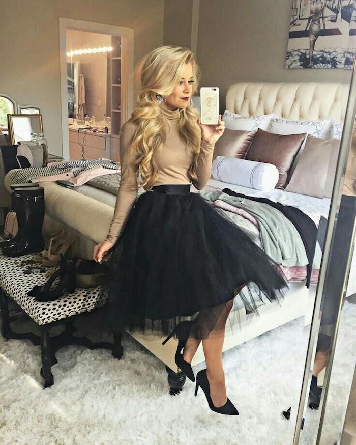 Selfie dans le miroir pour montrer sa tenue deux pieces, blouse col roulé et jupe tulle noire pour tenue noel femme, idée tenue fête de noël femme classe