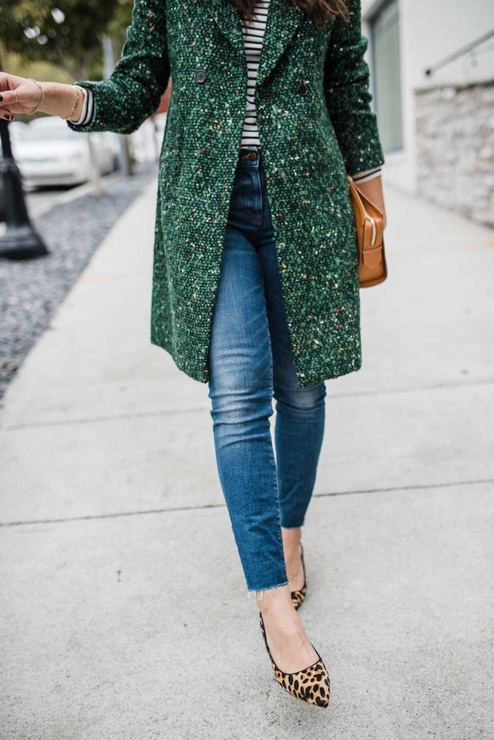 modèle de manteau femme hiver 2020 couleur verte, idée style vestimentaire au travail en jeans et chaussures à talons