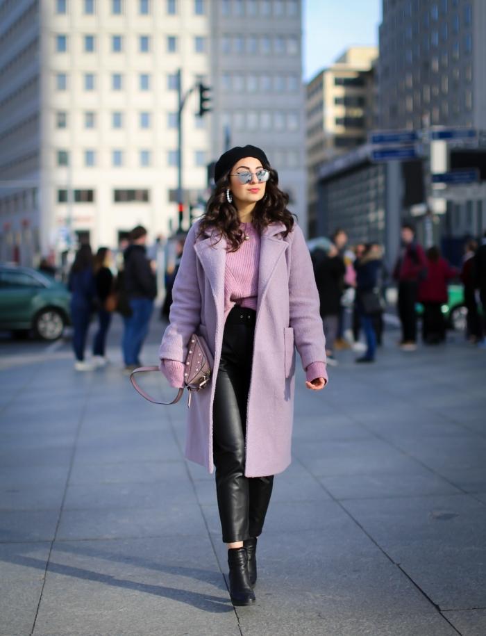 exemple de tenue classe femme en nuances de rose et noir, modèle de manteau long avec poche de couleur lavande
