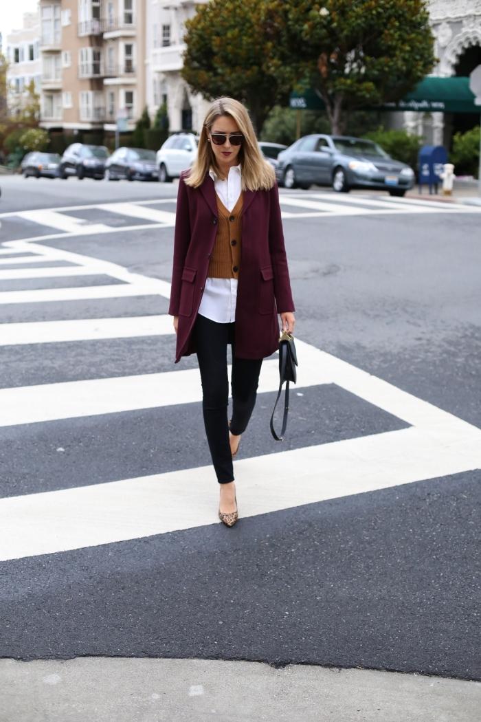 style vestimentaire femme au travail, idée look stylé femme en pantalon fit noir avec chemise longue blanche et manteau rouge foncé