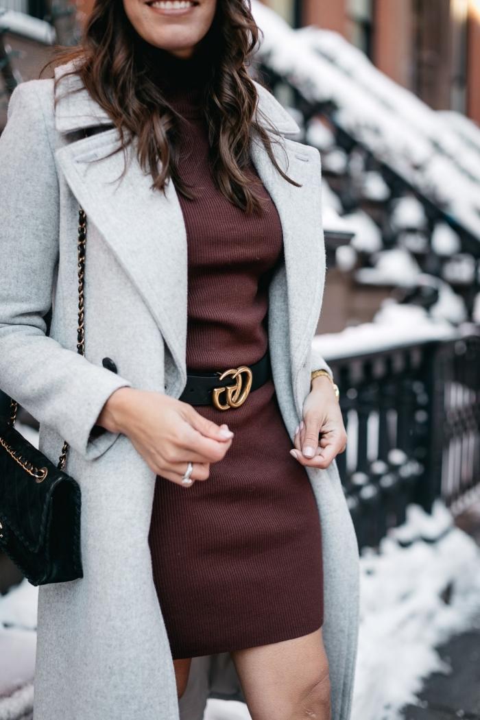 quelle couleur associer au gris pour une tenue hiver femme chic, idée tenue en marron et gris avec accessoires noirs