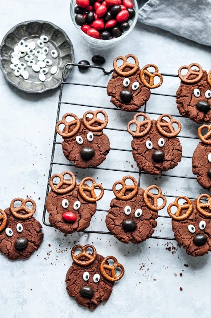 recette biscuit noel en forme ronde au cacao avec des yeux mobiles de sucre, nez en bonbon de sucre et des oreilles en bretzels