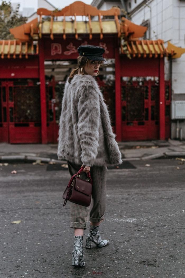 idée look tendance femme d'hiver en nuances de gris et de vert kaki, modèle de manteau en fausse fourrure grise