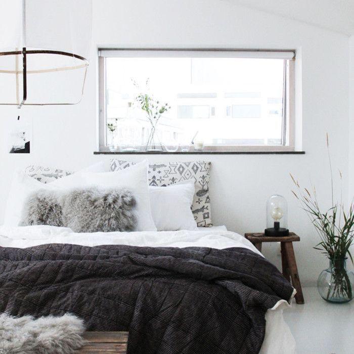 Déco mur blanc, idée chambre à coucher lit bois taupe, quelle couleur associer avec le gris
