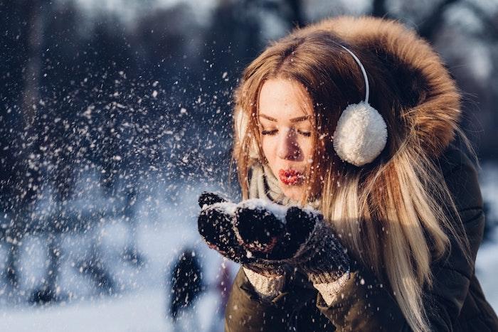 Femme photo dans la neige, hiver belle image de noel, voeux de noel sur carte image festive