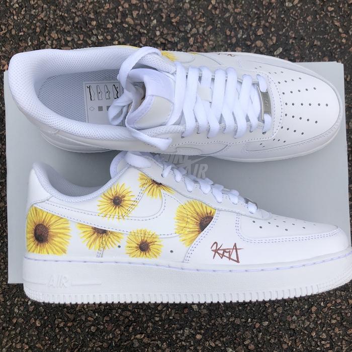 Nike basket blanche à personnaliser, quel matériel pour customiser ses chaussures, dessin tournesols jaunes