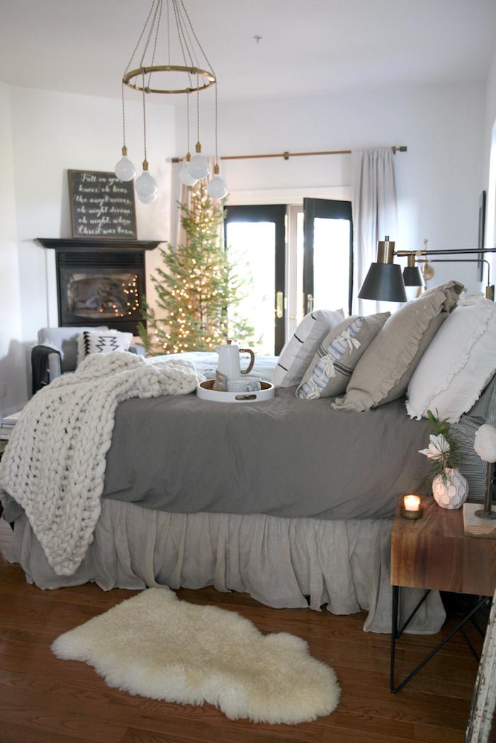 Sapin de Noël décoré de lumières, quelle couleur avec le gris, cool idée comment décorer, table de nuit bois