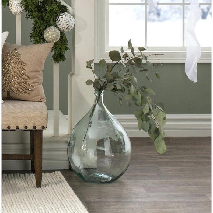 Déco de noel dans le salon, idée decoration bord escalier, dame jeanne ancienne, dame-jeanne déco vintage, tapis blanc