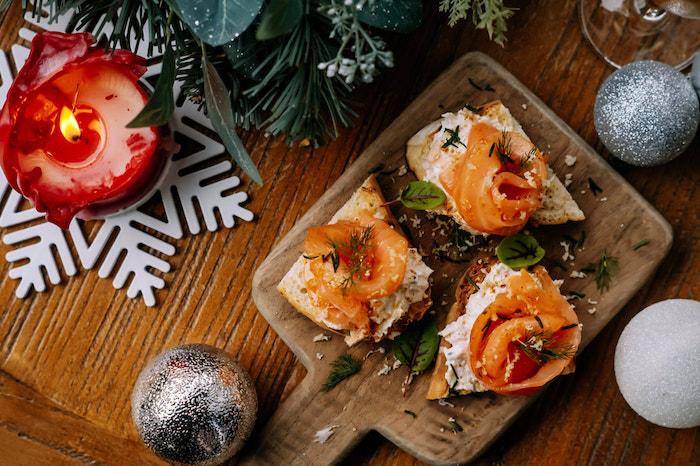 Belle décoration de noel, plancher en bois avec canape aperitif de noel, toast apero gourmand et vite à préparer
