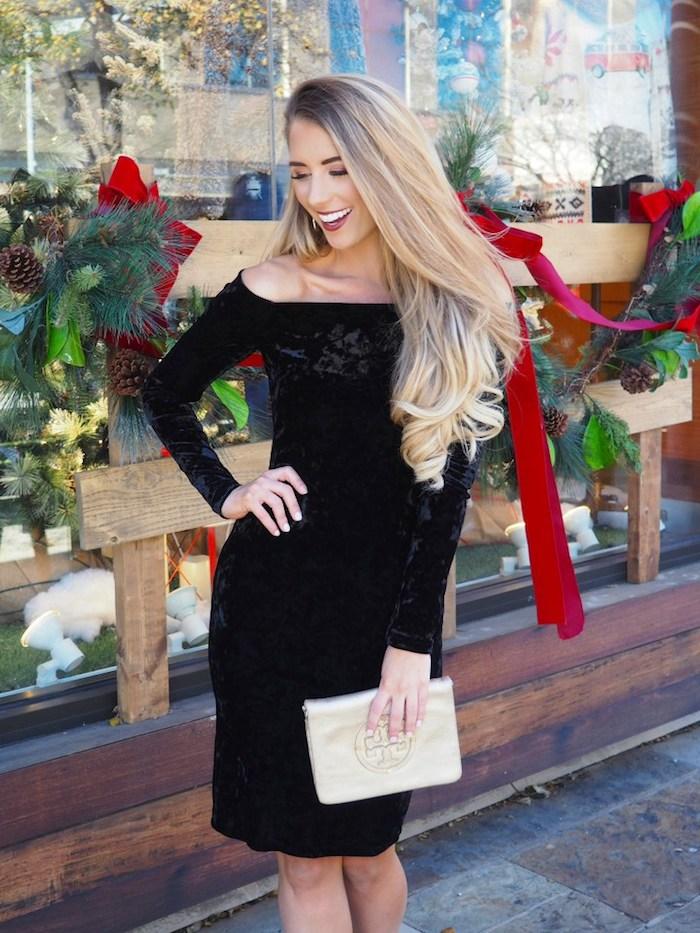 Petite robe noire chic, quelle robe pour noel choisir cette saison, femme cheveux blondes longues